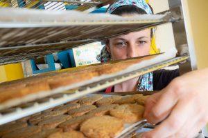 Virginie COMBETTES dans son atelier à la sortie du four - Les biscuits de la Bécasse à Brin de Ferme - Saint-Sulpice-la-Pointe